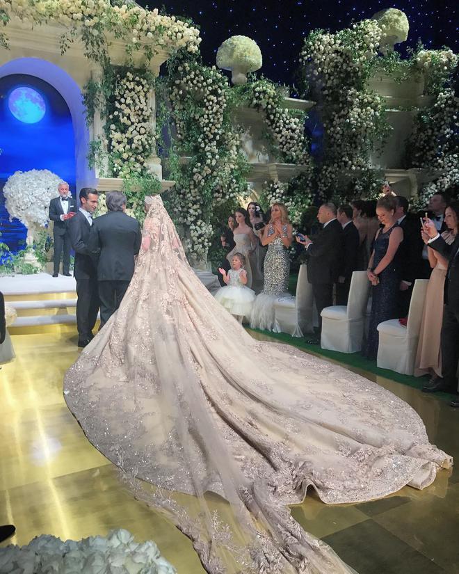 Chẳng ai như tiểu thư nước Nga, chi gần 230 tỷ đồng để mua váy cưới - Ảnh 4.