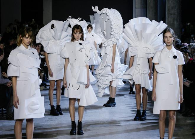 Búp bê đầu khổng lồ trên sàn diễn Haute Couture: Vừa dễ thương lại vừa dễ... sợ - Ảnh 11.