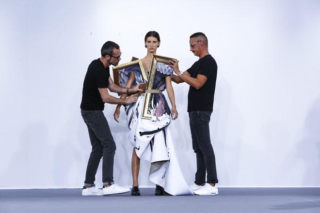 Búp bê đầu khổng lồ trên sàn diễn Haute Couture: Vừa dễ thương lại vừa dễ... sợ - Ảnh 13.