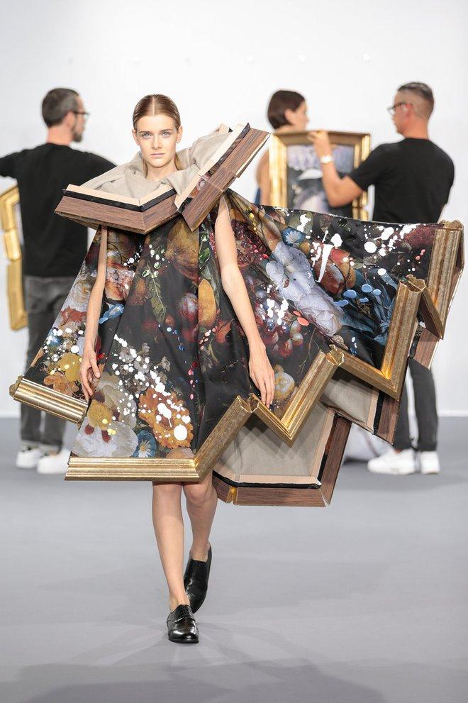 Búp bê đầu khổng lồ trên sàn diễn Haute Couture: Vừa dễ thương lại vừa dễ... sợ - Ảnh 14.