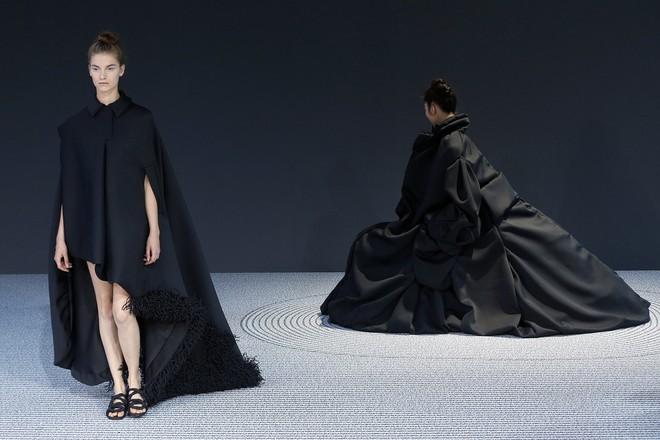 Búp bê đầu khổng lồ trên sàn diễn Haute Couture: Vừa dễ thương lại vừa dễ... sợ - Ảnh 16.