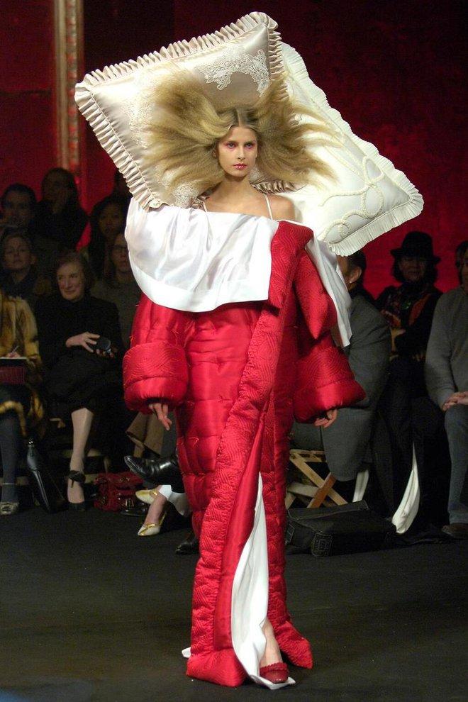 Búp bê đầu khổng lồ trên sàn diễn Haute Couture: Vừa dễ thương lại vừa dễ... sợ - Ảnh 8.