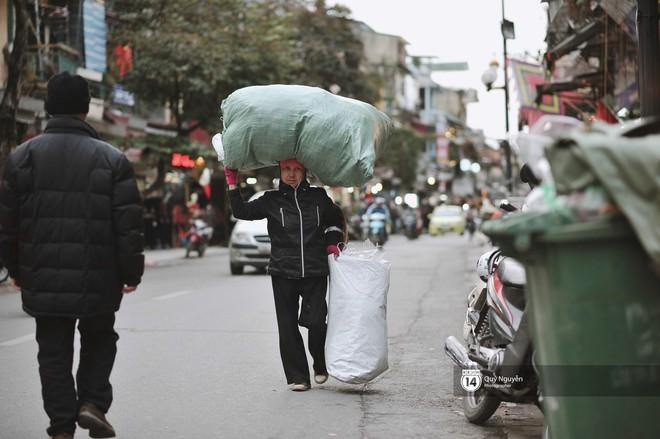 Chùm ảnh: Hà Nội giá rét 10 độ, một chiếc thùng carton hay manh áo mưa cũng khiến người lao động nghèo ấm hơn - Ảnh 6.