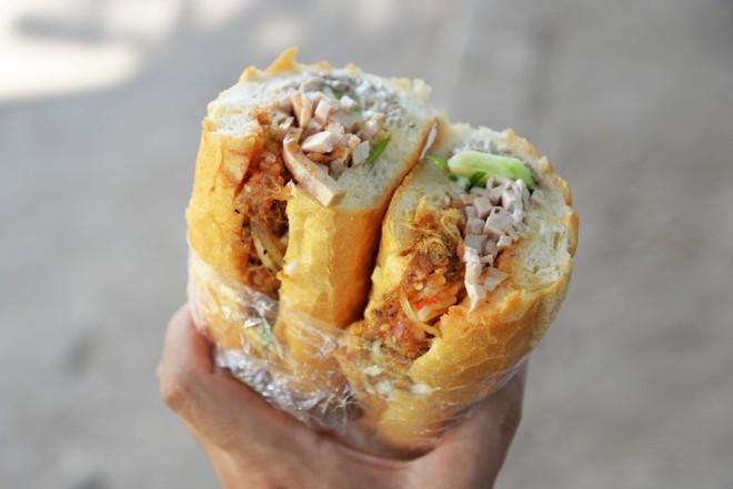 Cứ ngỡ là bánh mì Việt Nam, hoá ra Junghwa và Hyerin (EXID) đang thưởng thức món bánh mì trứ danh của Lào - Ảnh 1.