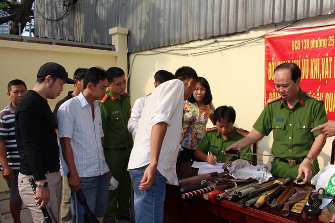 Người dân Sài Gòn mang hung khí đổi lấy quà tặng là dầu ăn và đường - Ảnh 1.