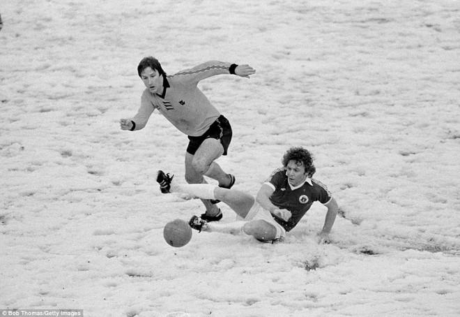 Tại sao những giải bóng đá hàng đầu rất ít khi hoãn vì tuyết? - Ảnh 1.