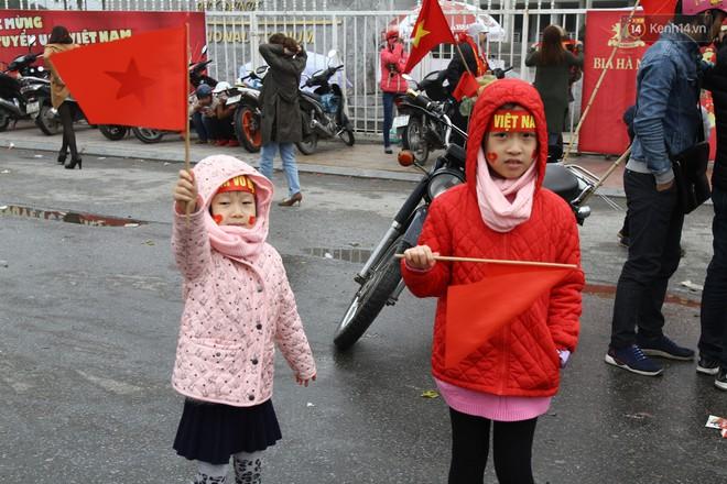 """Chùm ảnh: Những """"cổ động viên nhí"""" má đỏ môi hồng xuống đường đón U23 Việt Nam, nhìn là thấy cưng rồi! - Ảnh 2."""
