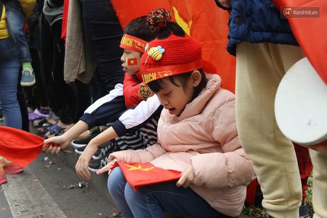"""Chùm ảnh: Những """"cổ động viên nhí"""" má đỏ môi hồng xuống đường đón U23 Việt Nam, nhìn là thấy cưng rồi! - Ảnh 10."""