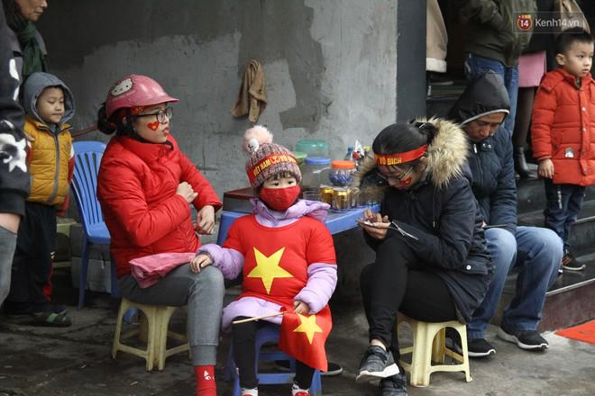 Chùm ảnh: Những cổ động viên nhí má đỏ môi hồng xuống đường đón U23 Việt Nam, nhìn là thấy cưng rồi! - Ảnh 1.
