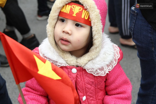 """Chùm ảnh: Những """"cổ động viên nhí"""" má đỏ môi hồng xuống đường đón U23 Việt Nam, nhìn là thấy cưng rồi! - Ảnh 4."""