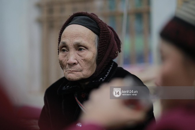 Bà nội của Tiến Dũng, Tiến Dụng vui mừng khi đón 2 cháu trở về - Ảnh: Mai Lân