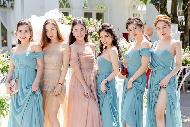 Dàn phù dâu hot nhất Vịnh Bắc Bộ: Trâm Anh được khen xinh nhưng các cô gái khác cũng rạng ngời không kém! - Ảnh 1.