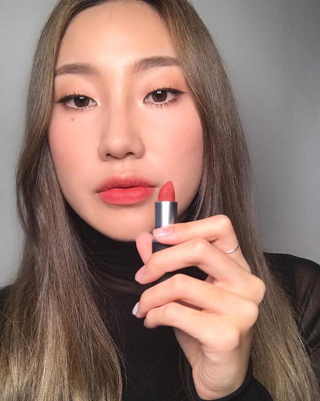 """Review son lì MAC Powder Kiss """"hot hit"""" mới toanh: cận cảnh chất son và những gam màu đẹp nhất, hợp con gái châu Á nhất 7"""