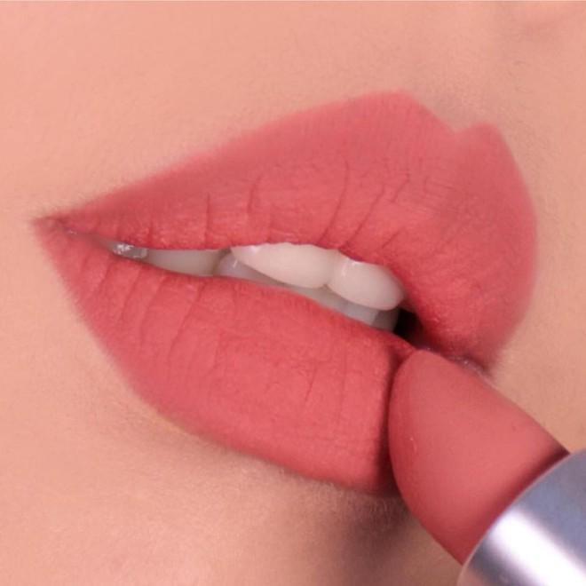 """Review son lì MAC Powder Kiss """"hot hit"""" mới toanh: cận cảnh chất son và những gam màu đẹp nhất, hợp con gái châu Á nhất 15"""