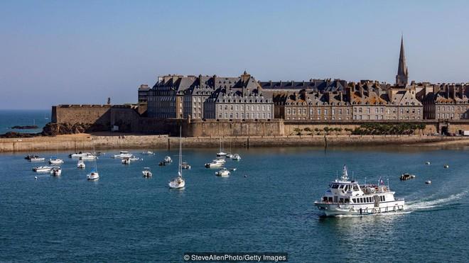 Ghé thăm thị trấn kỳ lạ nhất nước Pháp: Rượu vang chất đầy dưới đáy biển 2c-1539147544330843921391