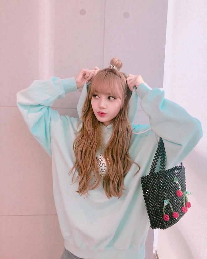 Báo Thái tiết lộ 10 sự thật về Lisa (Black Pink), thông tin về bố nuôi nổi tiếng thế giới của cô đặc biệt gây chú ý - Ảnh 7.