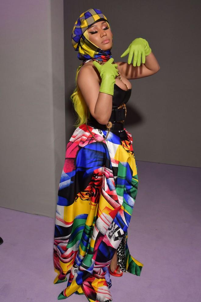 """Tiffany """"đụng hàng"""" Nicki Minaj: Người thì cái gì cÅ©ng nhỏ bé, người thì thứ gì cÅ©ng nở nang phồn thá»±c - Ảnh 4."""
