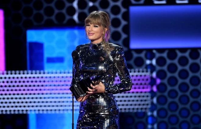 Chiếc thắng giải thưởng lớn Artist of the year, Taylor Swift tiếp tục làm nên kỉ lục mới tại AMAs 2018 - Ảnh 1.