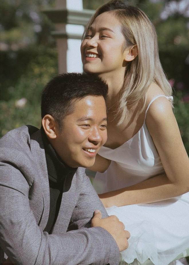 Kỷ niệm 1 năm yêu nhau, chàng du học sinh chở bạn gái đi chụp bộ ảnh đẹp như phim và bất ngờ cầu hôn - Ảnh 1.