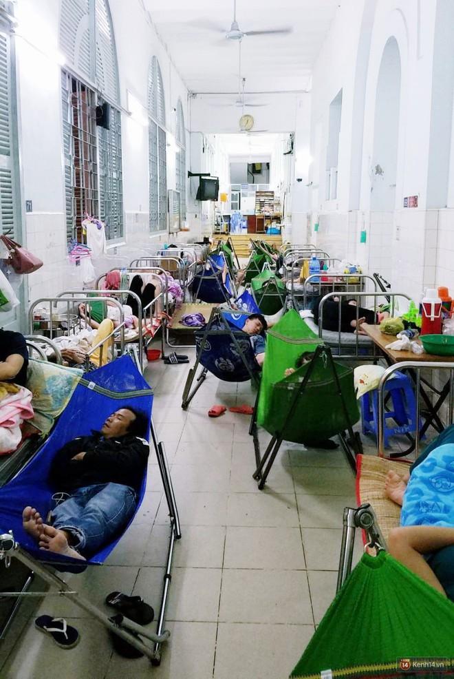 Đêm ở Bệnh viện Nhi Đồng mùa dịch: Khắp lối đi trở thành chỗ ngủ, nhiều gia đình chấp nhận nằm gần nhà vệ sinh bốc mùi - Ảnh 1.