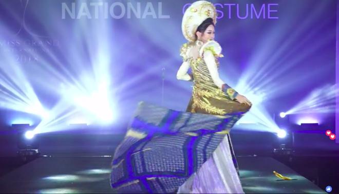 Clip: Phương Nga xuất hiện rạng rỡ, tự tin trình diễn trang phục dân tộc tại Miss Grand International 2018 - Ảnh 3.