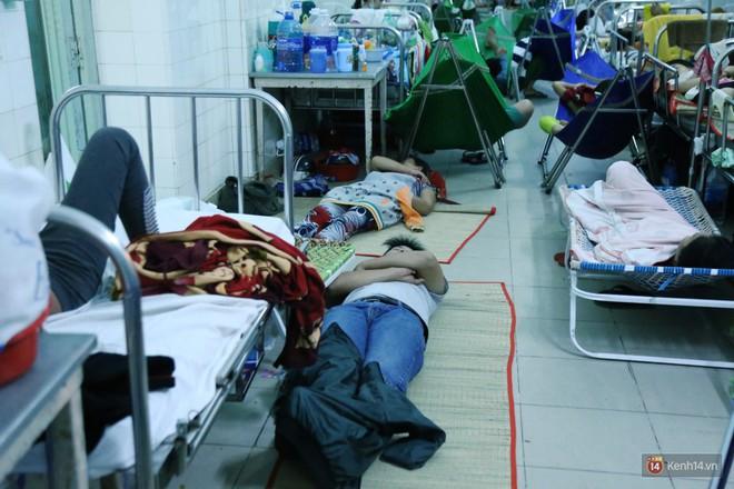 Đêm ở Bệnh viện Nhi Đồng mùa dịch: Khắp lối đi trở thành chỗ ngủ, nhiều gia đình chấp nhận nằm gần nhà vệ sinh bốc mùi - Ảnh 2.