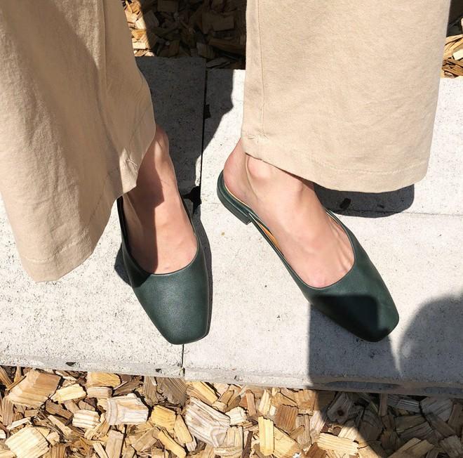 Giày khuyết gót - item dù mang đế bệt cũng kéo dài chân cực khéo, lại nữ tính và trang nhã vô cùng - Ảnh 1.