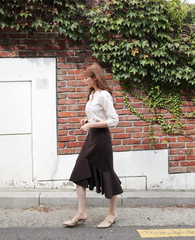 Giày khuyết gót - item dù mang đế bệt cũng kéo dài chân cực khéo, lại nữ tính và trang nhã vô cùng - Ảnh 2.