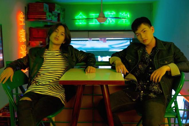 """Hiện tượng """"HongKong1"""" ra mắt MV chính thức, nguyên bản """"bàn nhậu"""" được tái hiện - Ảnh 3."""
