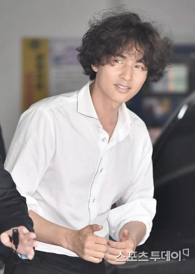 """Song Joong Ki, G-Dragon, Won Bin… đều từng để """"tóc xoăn tổ quạ"""" nhÆ° SÆ¡n Tùng: người được khen, người lại bị chê thậm tệ - Ảnh 9."""