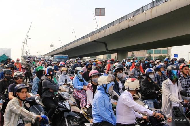 Hầm Thủ Thiêm bị phong tỏa, các tuyến đường về Sài Gòn bị tê liệt - ảnh