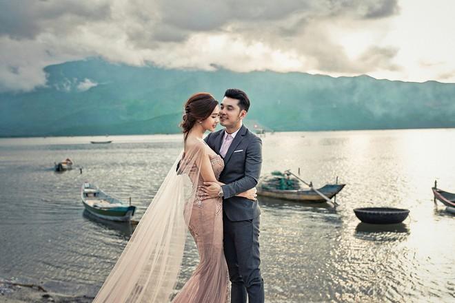 Ưng Hoàng Phúc khoá môi bà xã Kim Cương ngọt ngào trong bộ ảnh cưới, đã ấn định ngày cử hành hôn lễ - Ảnh 1.