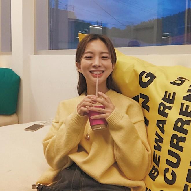 Áo len 2018: Mẫu áo len màu mè Hàn Quốc không mặc hết có thể quàng vai