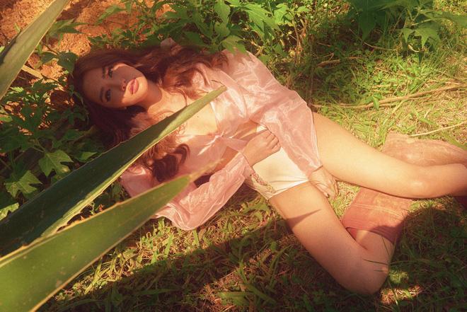 """Tung MV """"Drama Queen"""" nhưng Bích Phương lại xây dựng hình ảnh Nữ hoàng quyến rũ thế này! - Ảnh 5."""