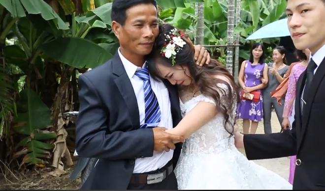 Clip: Không có cha mẹ ở bên, cô dâu òa khóc nức nở, níu chặt tay chú ruột sau đám cưới khiến nhiều người nghẹn ngào - Ảnh 3.