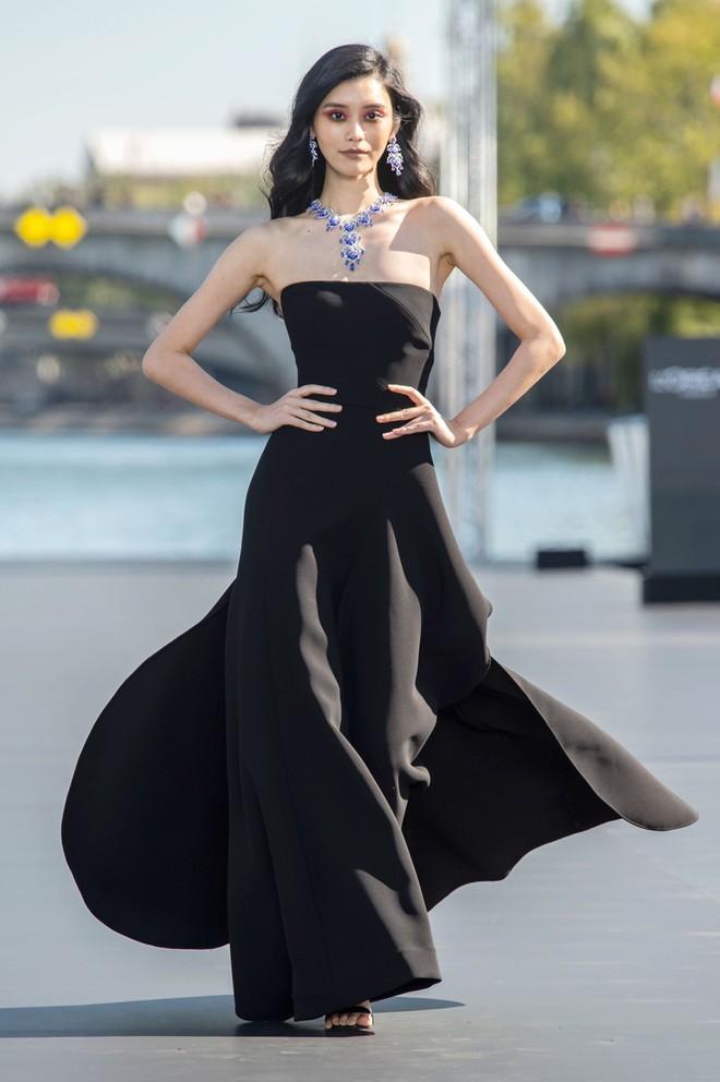 Địch Lệ Nhiệt Ba và Ming Xi: một bên mỹ nhân không góc chết, một bên người mẫu Victoria's Secret nhưng đều khô quắt héo hon trên sàn catwalk 5