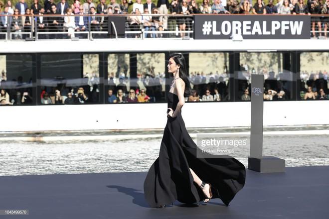 Địch Lệ Nhiệt Ba và Ming Xi: một bên mỹ nhân không góc chết, một bên người mẫu Victoria's Secret nhưng đều khô quắt héo hon trên sàn catwalk 3