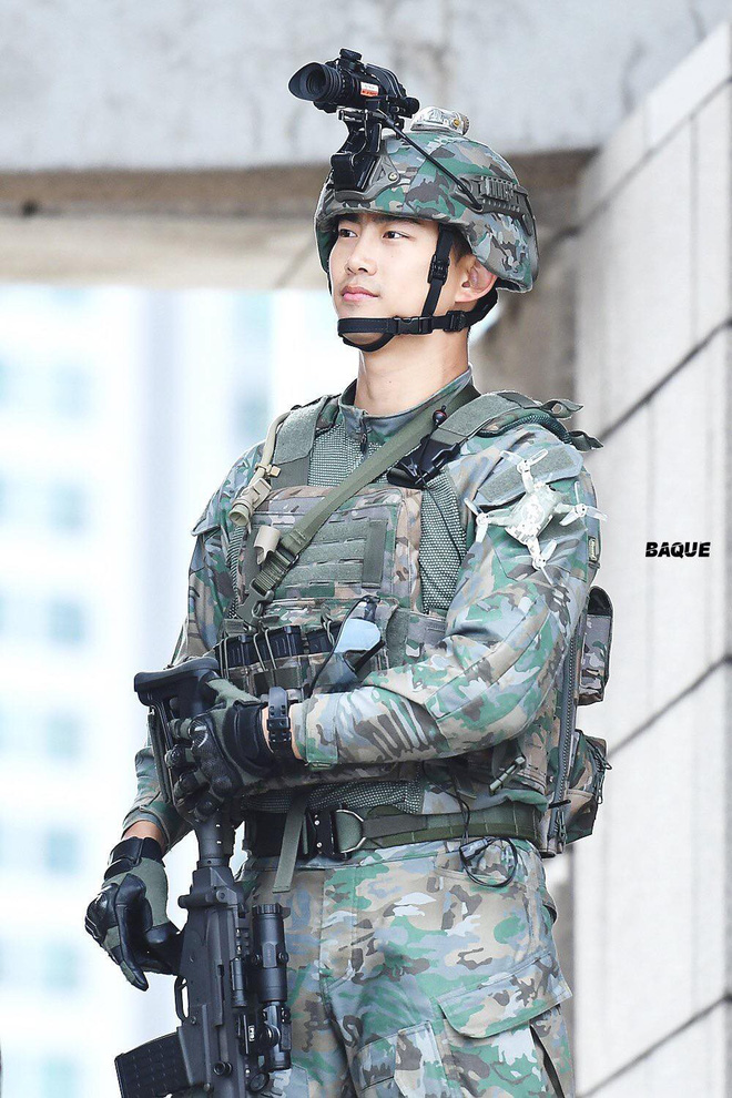 Hậu Duệ Mặt Trời bản đời thực nhất định là Taecyeon (2PM), mặc đồng phục vẫn đẹp khó mà chê 2