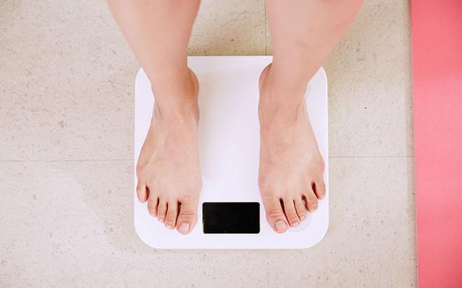 Những dấu hiệu cảnh báo lượng hormone estrogen trong cơ thể con gái đang cao quá mức - Ảnh 1.