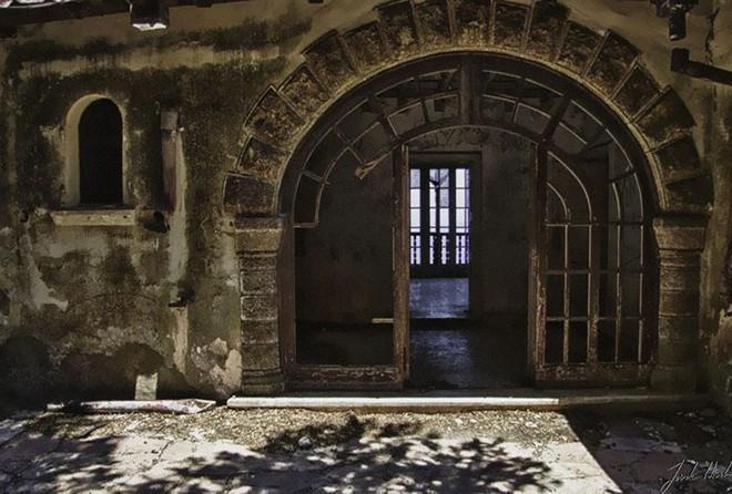 """""""Biệt phủ ma"""" giữa lòng nước Ý: Từ công trình hoành tráng bậc nhất đến địa điểm bỏ hoang sau án mạng khủng khiếp của gia chủ hoàng tộc - ảnh 11"""