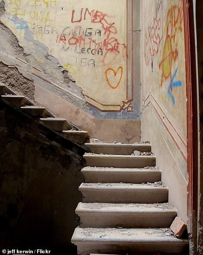 """""""Biệt phủ ma"""" giữa lòng nước Ý: Từ công trình hoành tráng bậc nhất đến địa điểm bỏ hoang sau án mạng khủng khiếp của gia chủ hoàng tộc - ảnh 5"""