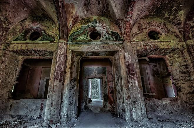 """""""Biệt phủ ma"""" giữa lòng nước Ý: Từ công trình hoành tráng bậc nhất đến địa điểm bỏ hoang sau án mạng khủng khiếp của gia chủ hoàng tộc - ảnh 10"""