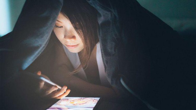 5 vấn đề sức khỏe tai hại mà bạn có thể gặp phải nếu thường xuyên dán mắt vào điện thoại - Ảnh 1.