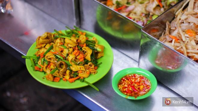 """Những món ăn vặt miền Trung """"hiếm có khó tìm"""" nhất định không thể bỏ lỡ khi đến chợ Bà Hoa - Ảnh 1."""