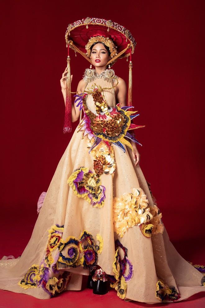 Chiêm ngưỡng 6 bộ quốc phục độc đáo khiến HHen Niê phân vân chọn lựa để mang đi chinh chiến Miss Universe 2018 - Ảnh 2.