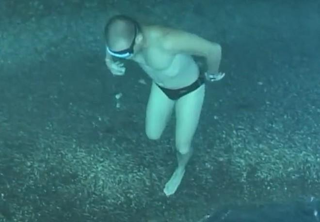 Clip gây lú nhất MXH: Thanh niên đang đi bộ dưới đáy biển thì bất ngờ nhảy tiếp xuống biển, xem đi xem lại mới phát hiện ra tại sao - Ảnh 2.