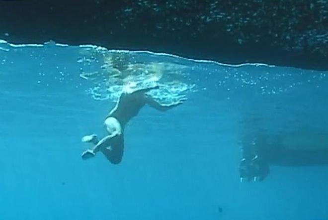Clip gây lú nhất MXH: Thanh niên đang đi bộ dưới đáy biển thì bất ngờ nhảy tiếp xuống biển, xem đi xem lại mới phát hiện ra tại sao - Ảnh 4.