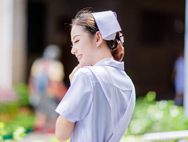 Nữ y tá xinh đẹp nhất Thái Lan bị bệnh viện sa thải vì lý do không ngờ - Ảnh 1.