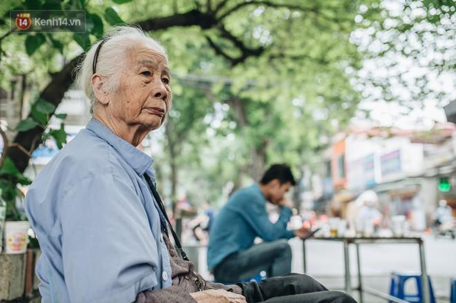 """Cụ bà được mệnh danh """"nữ hùng vá săm"""" vỉa hè Hà Nội: Nghỉ hưu sau 21 năm vá xe, bỏ rượu bia để sống khoẻ mạnh - Ảnh 6."""