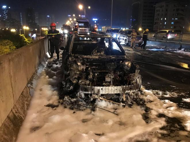 Hà Nội: Ô tô Mazda của thành viên ban nhạc Da LAB bốc cháy dữ dội trên vành đai 3 - Ảnh 1.